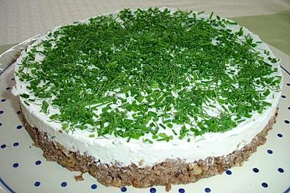 Frischkäse-Torte auf Schwarzbrot-Nuss-Boden