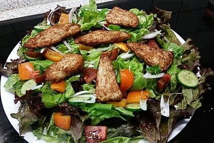 Mediterraner Salat mit Hähnchenbruststreifen
