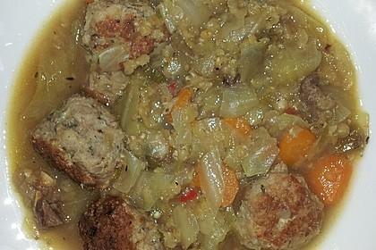 Eintopf mit Lahanakohl, Aubergine, Fleischbällchen, Rindfleisch und Paprika