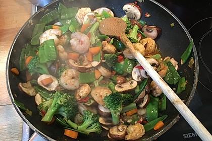 Scampipfanne mit Gemüse im Wok