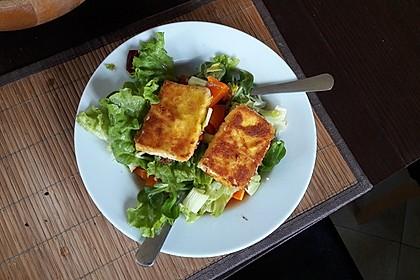 Gebackener Feta auf gemischtem Salat mit Honigdressing