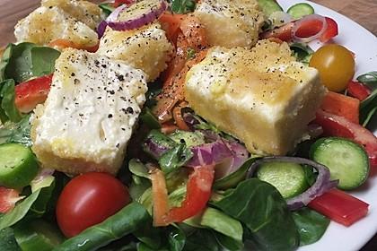 Gebackener Feta auf gemischtem Salat mit Honigdressing 1