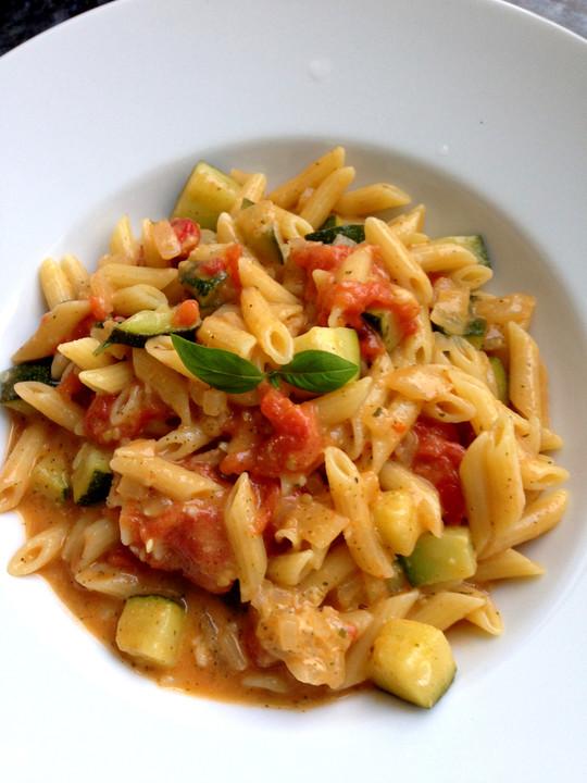 one pot pasta mit zucchini tomaten und parmesan von. Black Bedroom Furniture Sets. Home Design Ideas