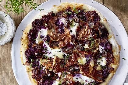 Rotkohlpizza mit Ziegenfrischkäse und Datteln