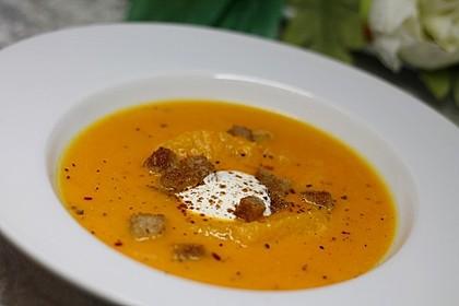 Kürbis-Orangen-Suppe mit Zimt-Croûtons
