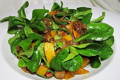 Mango-Feldsalat mit pikantem Speck-Zwiebel-Dressing (Bild)