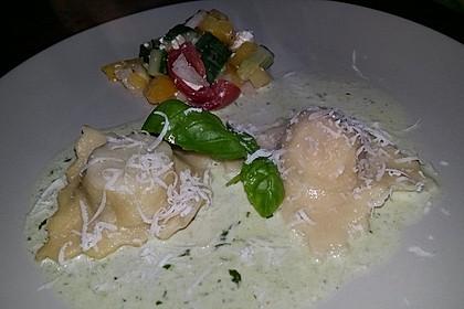 Zweierlei gefüllte Ravioli in Basilikum-Parmesan-Sauce