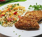 Schnitzel mit Erdnusspanade und Gemüse-Mie-Nudeln