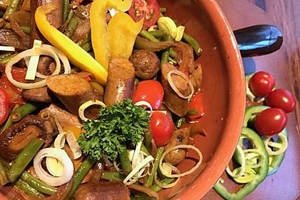 Kasserolle mit vegetarischen Würstchen, grünen Bohnen, Paprika und Pilzen
