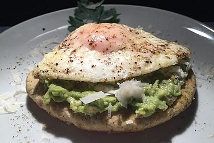 Naan-Brot mit Avocado und Spiegelei