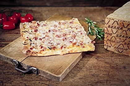 Italienischer Flammkuchen mit Tiroler Speck und Grana Padano