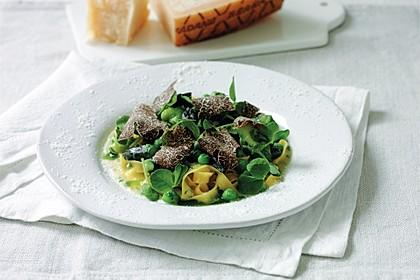 Fettucine mit Puffbohnen, Erbsen und Grana Padano Riserva