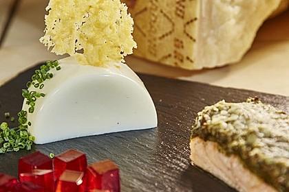 Grana Padano Panna Cotta mit Chips, Lachs, Olivenkruste und Rosé Gelee