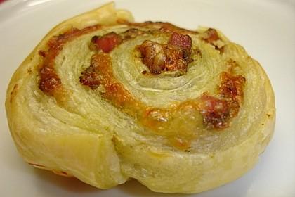 Blätterteigschnecken mit Pesto, Nüssen, Schinken und Käse