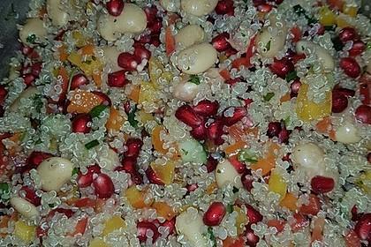 Quinoasalat mit Granatapfelkernen, Paprikaschoten und Riesenbohnen