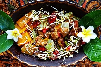 Glasiertes Schweinefleisch und geschmortes Gemüse mit würziger Sauce