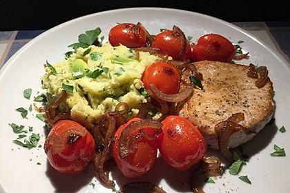 Avocado-Kartoffel-Stampf mit Tomaten-Steaks