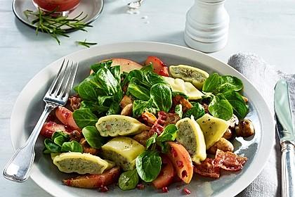 Maultaschen auf Apfel-Speck-Salat
