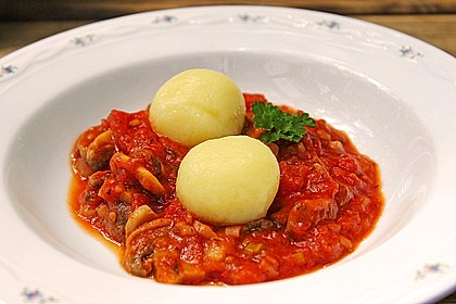 Kräuterknödel mit Tomaten - Champignon - Soße 5