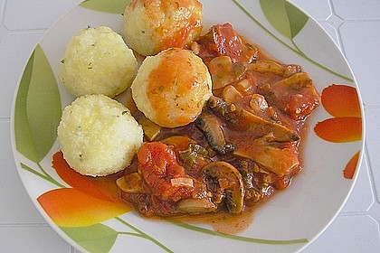 Kräuterknödel mit Tomaten - Champignon - Soße 6