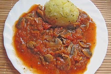 Kräuterknödel mit Tomaten - Champignon - Soße 2