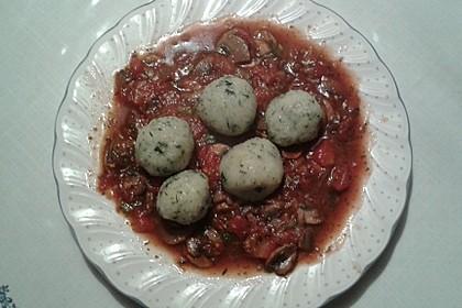 Kräuterknödel mit Tomaten - Champignon - Soße 3