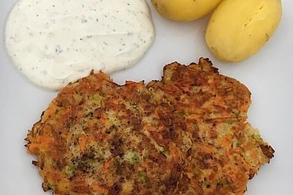 Zucchini-Möhren Puffer mit Kräuter-Joghurt Creme 11