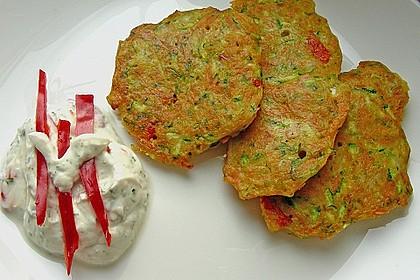 Zucchini-Möhren Puffer mit Kräuter-Joghurt Creme 4