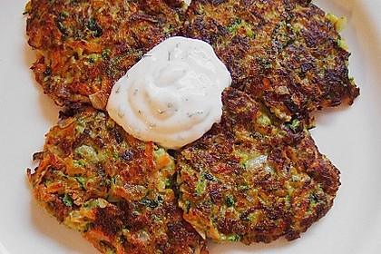 Zucchini-Möhren Puffer mit Kräuter-Joghurt Creme 18
