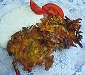 Zucchini-Möhren Puffer mit Kräuter-Joghurt Creme (Bild)