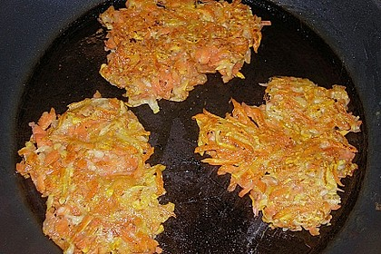 Zucchini-Möhren Puffer mit Kräuter-Joghurt Creme 54