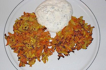 Zucchini-Möhren Puffer mit Kräuter-Joghurt Creme 57