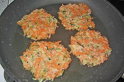 Zucchini-Möhren Puffer mit Kräuter-Joghurt Creme 55