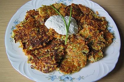 Zucchini-Möhren Puffer mit Kräuter-Joghurt Creme 16