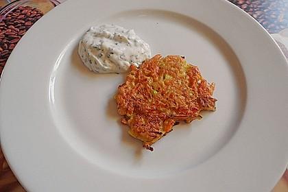 Zucchini-Möhren Puffer mit Kräuter-Joghurt Creme 51