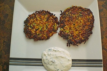 Zucchini-Möhren Puffer mit Kräuter-Joghurt Creme 71