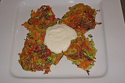 Zucchini-Möhren Puffer mit Kräuter-Joghurt Creme 37