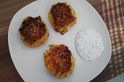 Zucchini-Möhren Puffer mit Kräuter-Joghurt Creme 43