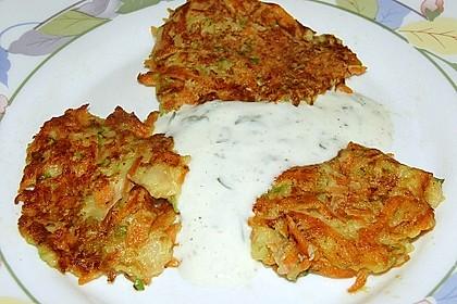 Zucchini-Möhren Puffer mit Kräuter-Joghurt Creme 24
