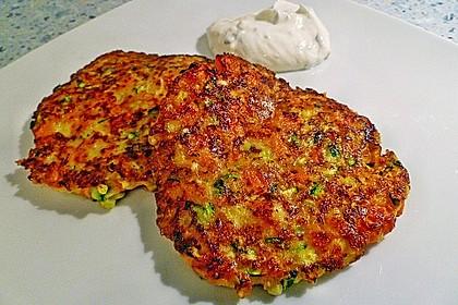 Zucchini-Möhren Puffer mit Kräuter-Joghurt Creme 6