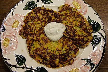 Zucchini-Möhren Puffer mit Kräuter-Joghurt Creme 62