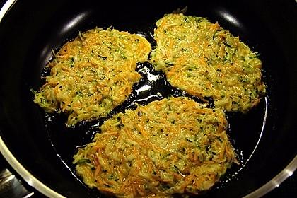 Zucchini-Möhren Puffer mit Kräuter-Joghurt Creme 21