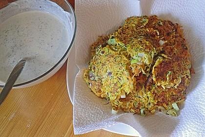 Zucchini-Möhren Puffer mit Kräuter-Joghurt Creme 45
