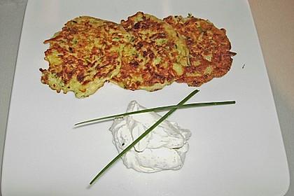 Zucchini-Möhren Puffer mit Kräuter-Joghurt Creme 52