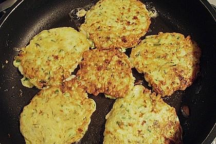 Zucchini-Möhren Puffer mit Kräuter-Joghurt Creme 67