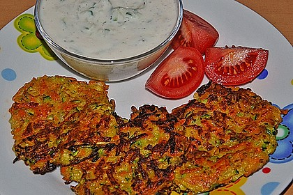 Zucchini-Möhren Puffer mit Kräuter-Joghurt Creme 50