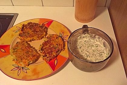 Zucchini-Möhren Puffer mit Kräuter-Joghurt Creme 64