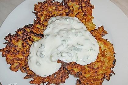 Zucchini-Möhren Puffer mit Kräuter-Joghurt Creme 47