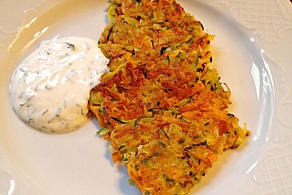 Zucchini-Möhren Puffer mit Kräuter-Joghurt Creme 10
