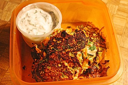 Zucchini-Möhren Puffer mit Kräuter-Joghurt Creme 40
